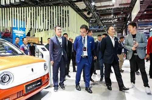 车展前线消息:欧拉展台圈粉李书福  优质产品方显民族实力
